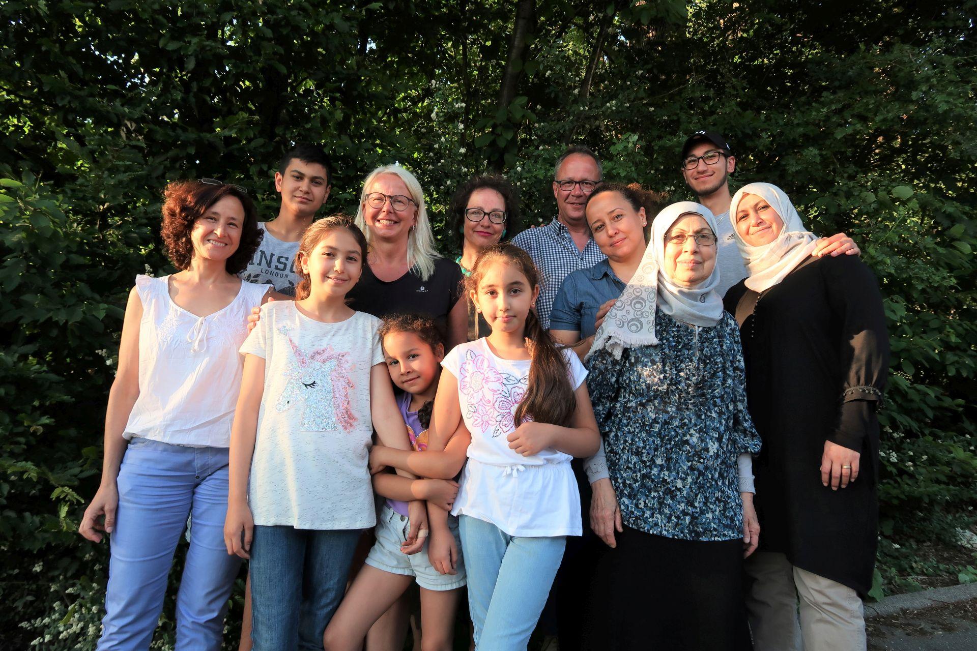Familie Alkassas und Helfer